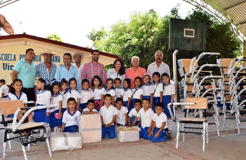 M s escuelas de tuzantla cuentan con mobiliario digno para for Mobiliario para estudiantes